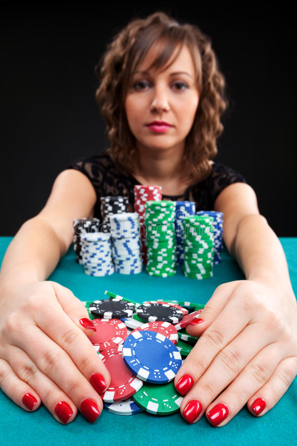 有赌博的芯片的少妇 库存照片