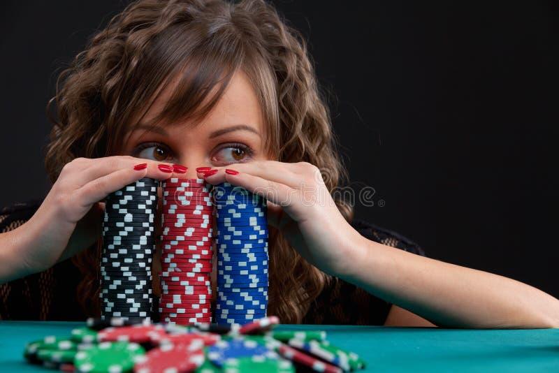 有赌博的芯片的少妇 免版税库存图片