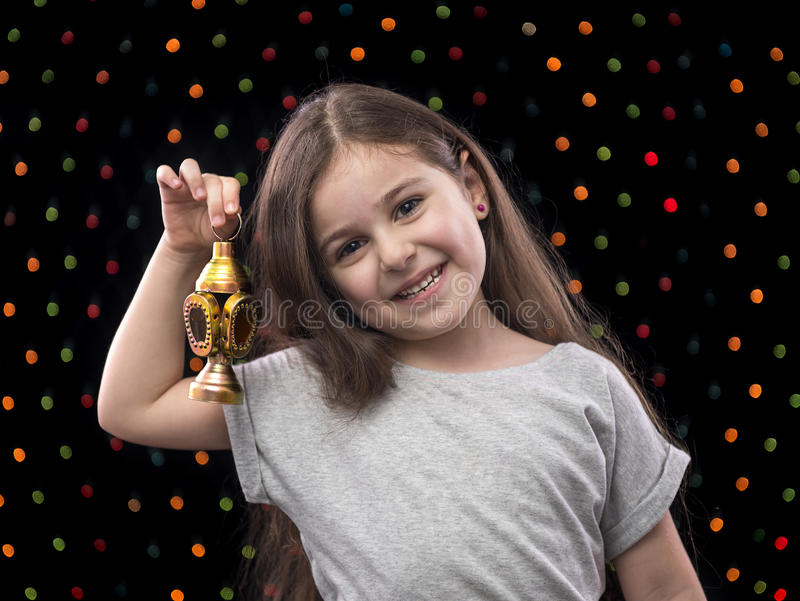 有赖买丹月灯笼的甜小女孩 免版税库存图片