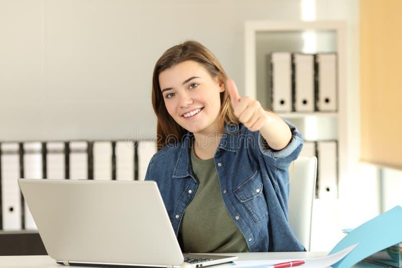 有赞许的满意的实习生在办公室 库存照片