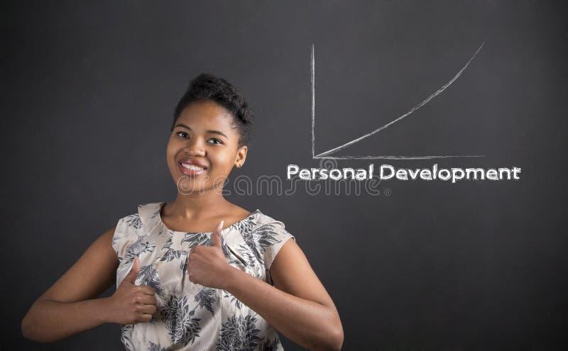 有赞许的非裔美国人的妇女对在黑板背景的个人发展 免版税库存图片