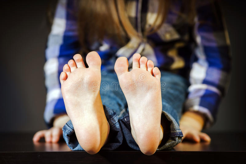 有赤脚的小女孩 免版税库存照片