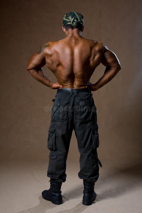 有赤裸躯干的一个肌肉人在全视图。 库存照片