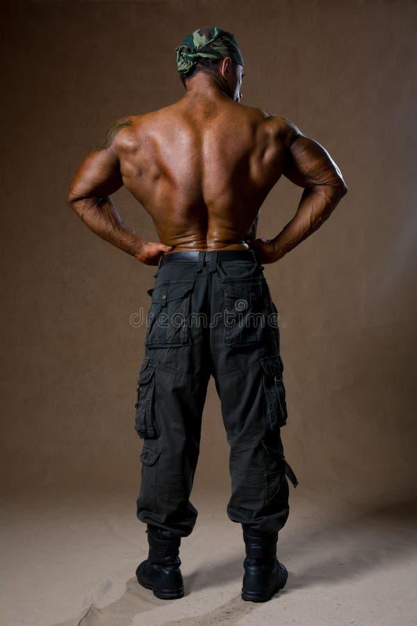 有赤裸躯干的一个肌肉人在全视图 库存图片
