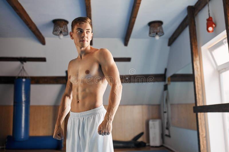 有赤裸躯干装箱的肌肉体育人准备好战斗 库存图片