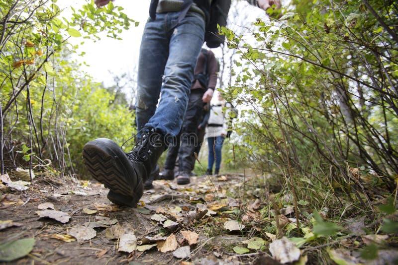 有走在供徒步旅行的小道的朋友的人 免版税库存图片