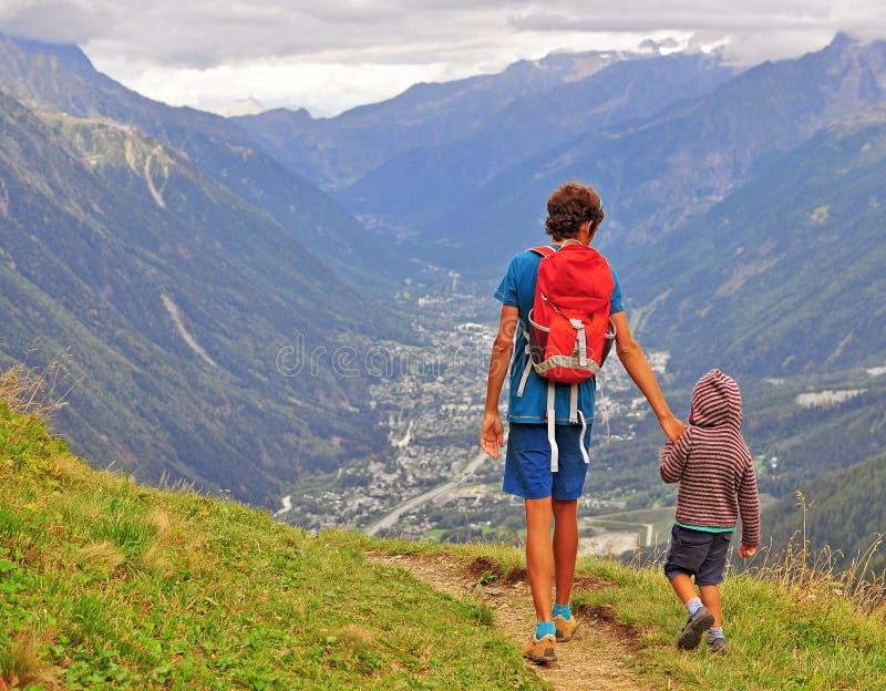 有走在山的儿子的爸爸 免版税图库摄影