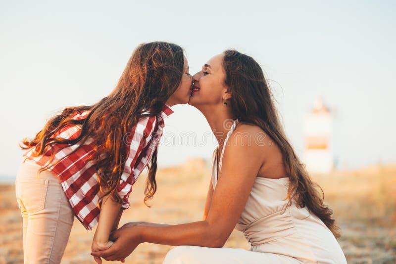 有走在海滩的妈妈的孩子 库存图片