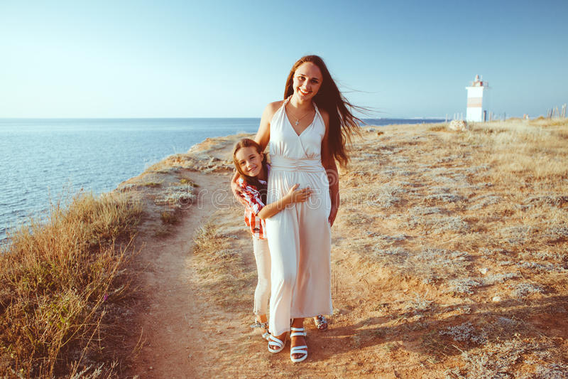 有走在海滩的妈妈的孩子 库存照片