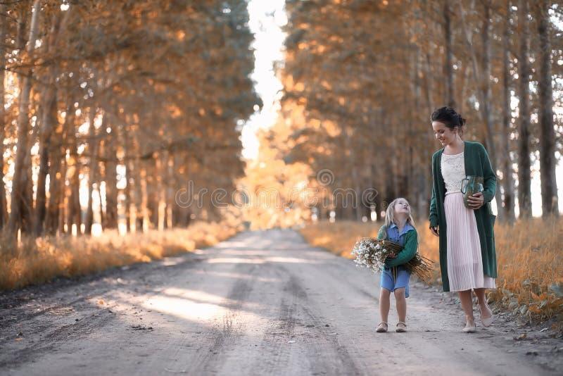 有走在路的女儿的母亲 免版税库存图片