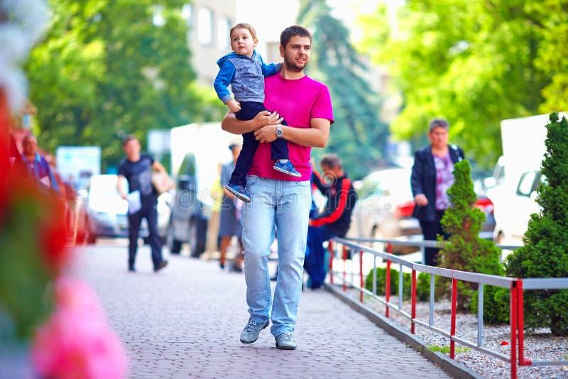 有走的儿子的父亲城市街道 库存照片