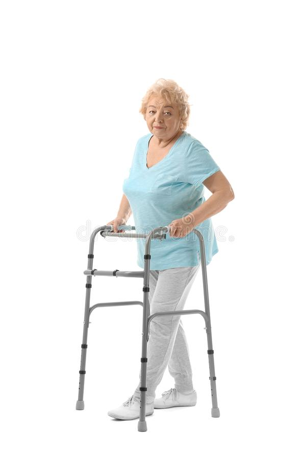 有走的框架的年长妇女 免版税库存图片