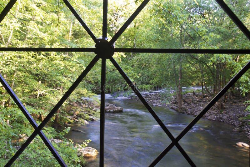 有走道的老木被遮盖的桥 免版税图库摄影
