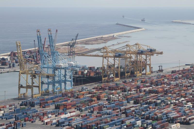 有起重机、容器和货物的巴塞罗那工业港口 免版税库存图片
