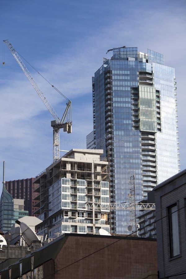 有起重机和脚手架的建造场所在多伦多,加拿大 免版税库存照片