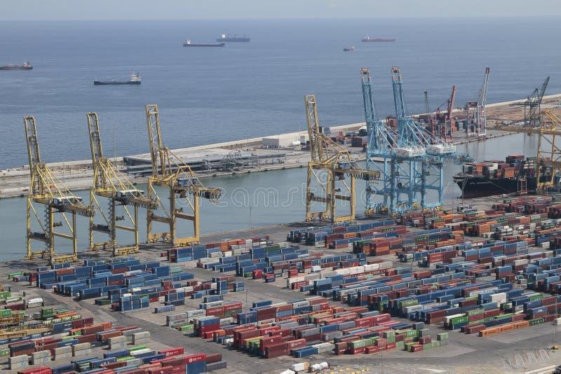 有起重机和货箱的巴塞罗那工业港口 图库摄影