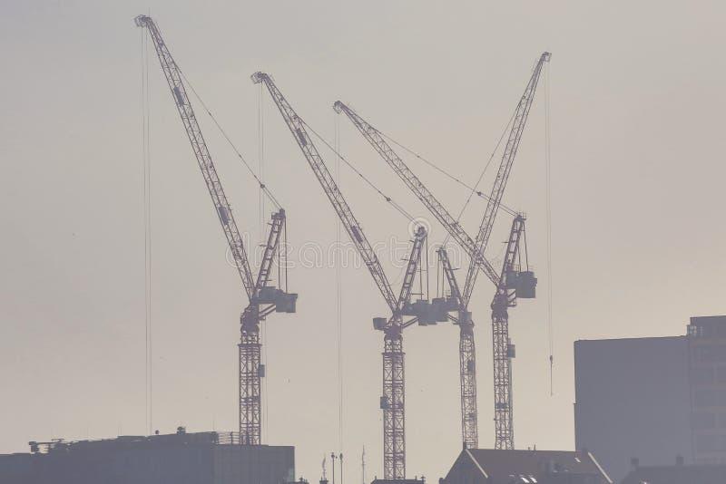 有起重机和雾的工地工作 免版税库存图片