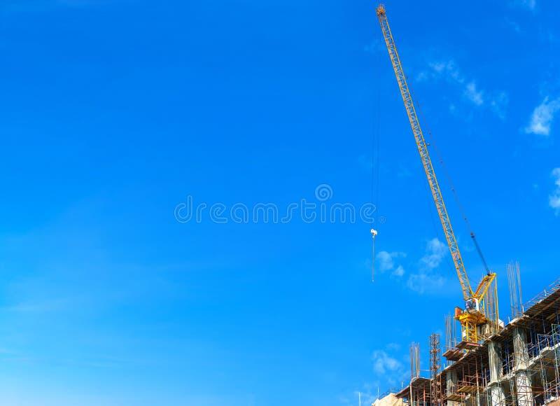 有起重机塔机械的楼房建筑站点 库存图片