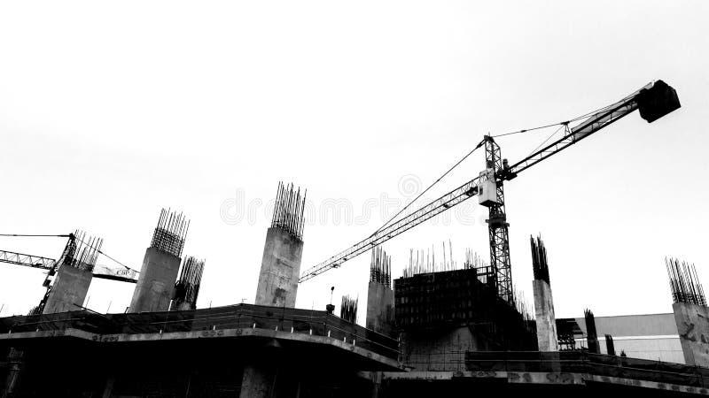 有起重机的建造场所在剪影背景 免版税库存照片