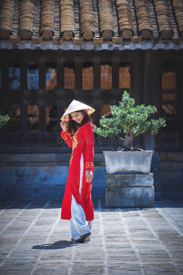 有越南文化传统礼服的美女 库存图片