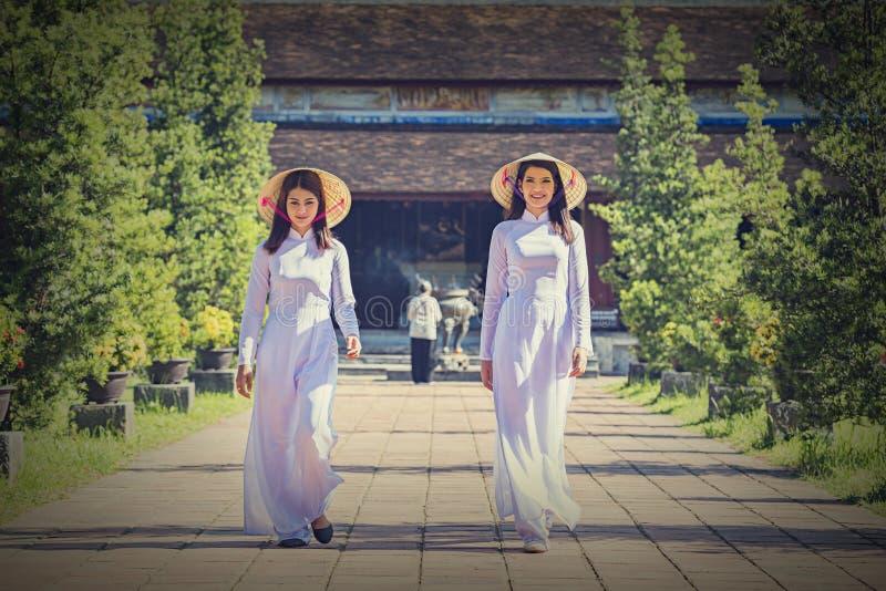 有越南文化传统礼服的美女 免版税库存照片