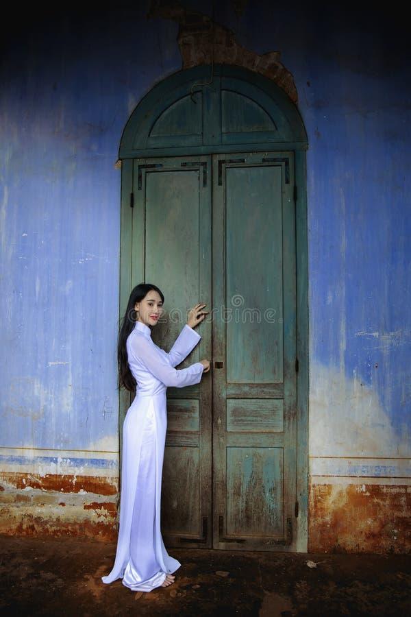 有越南文化传统礼服的美女 免版税库存图片