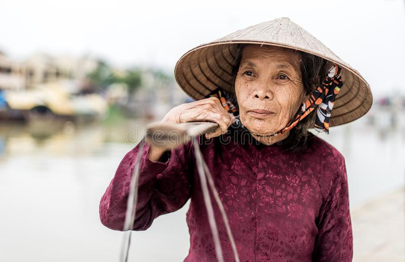 有越南草帽的老友好的妇女 库存照片