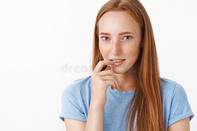 有趣让我考虑 被吸引的私秘和女性迷人的红头发人女性与逗人喜爱雀斑举行 库存照片