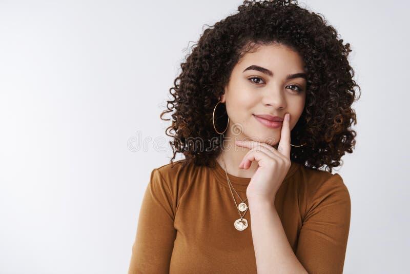 有趣 可爱的聪明的创造性的年轻女性企业家有考虑微笑的优良创艺满意 图库摄影