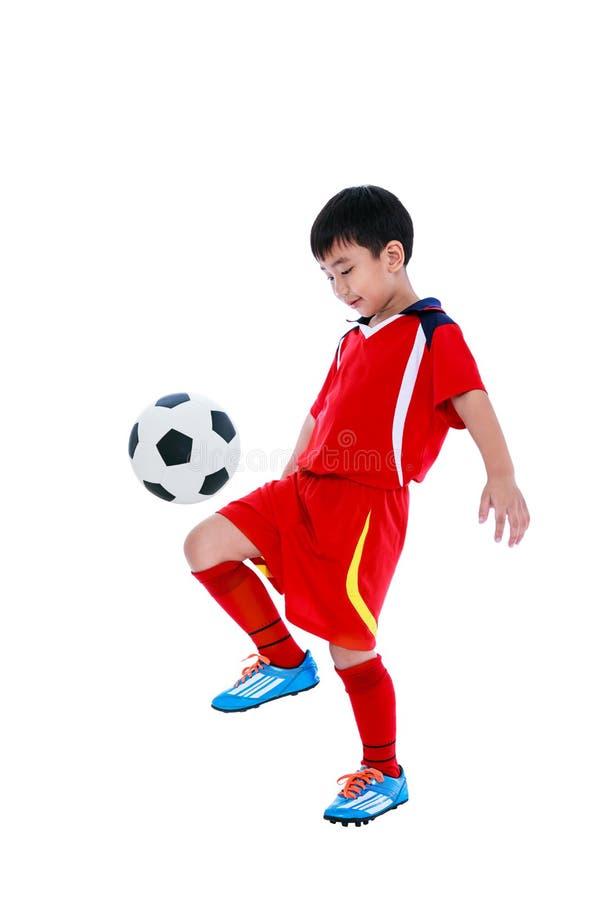 有足球的年轻亚裔足球运动员 美丽的夫妇跳舞射击工作室妇女年轻人 免版税库存照片