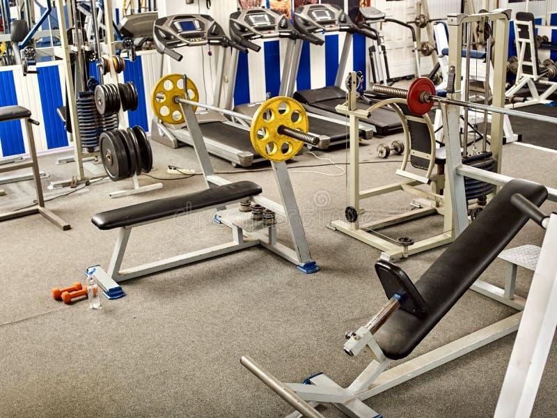 有跑步的踏车和重量机器的健身室 免版税库存图片