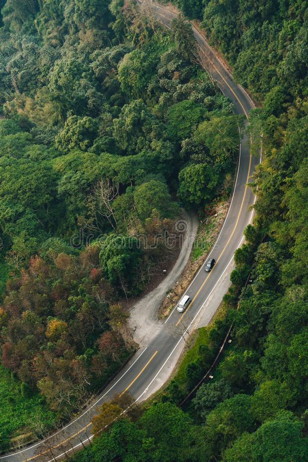 有跑那个看法的汽车的路从长平底船推力在日月潭索道区域在渔池乡,南投县,台湾 库存照片