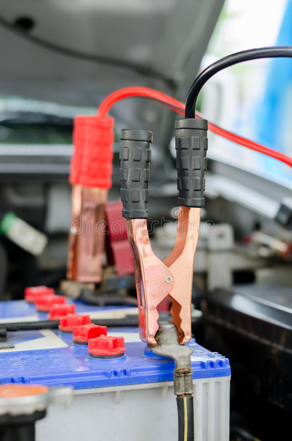 有跨接电线的充电的电池汽车 库存图片