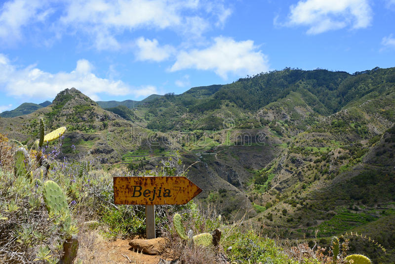有路标的人行道在特内里费岛,加那利群岛,西班牙,欧洲的山脉 免版税库存照片