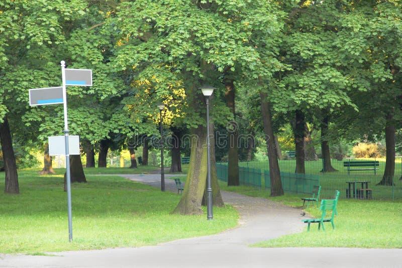 有路标的绿色公园 免版税库存图片