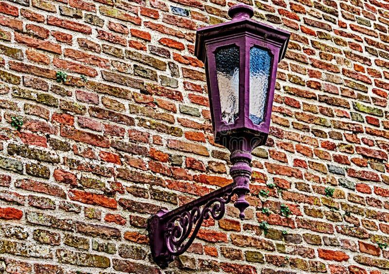 有路灯柱的堡垒墙壁 库存照片
