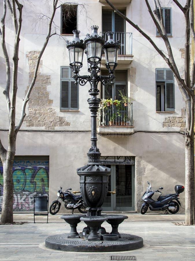 有路灯柱的经典喷泉在巴塞罗那 免版税库存照片