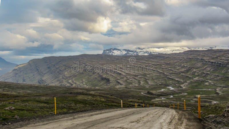 有路的美好的风景全景在冰岛,欧洲的东部海湾 库存图片