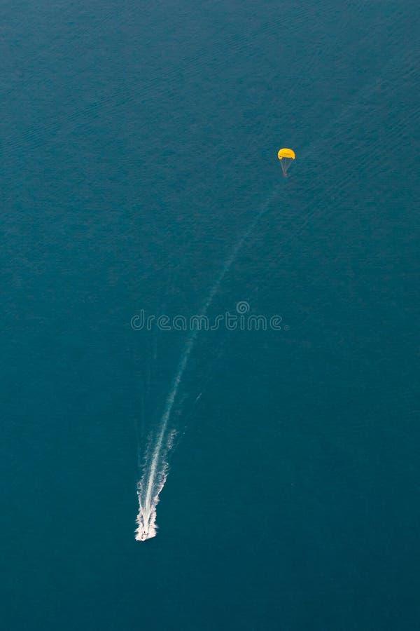 有跳伞运动员的小船 免版税库存图片