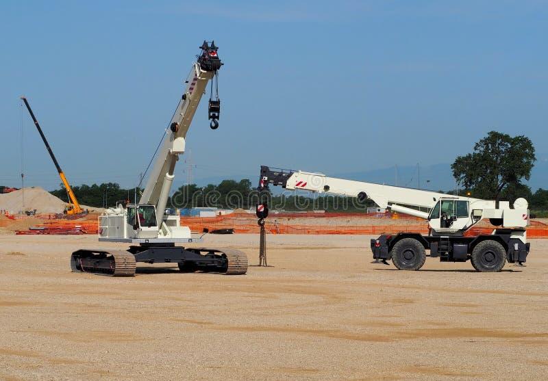 有轨道和把引入的流动望远镜起重机工地工作 图库摄影