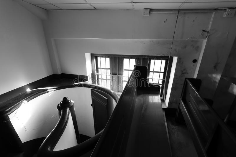 有转动的台阶黑白图象的欧洲风格的小顶楼 免版税库存图片