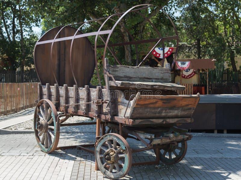 有轮子和金属结构的古色古香的木无盖货车 库存图片
