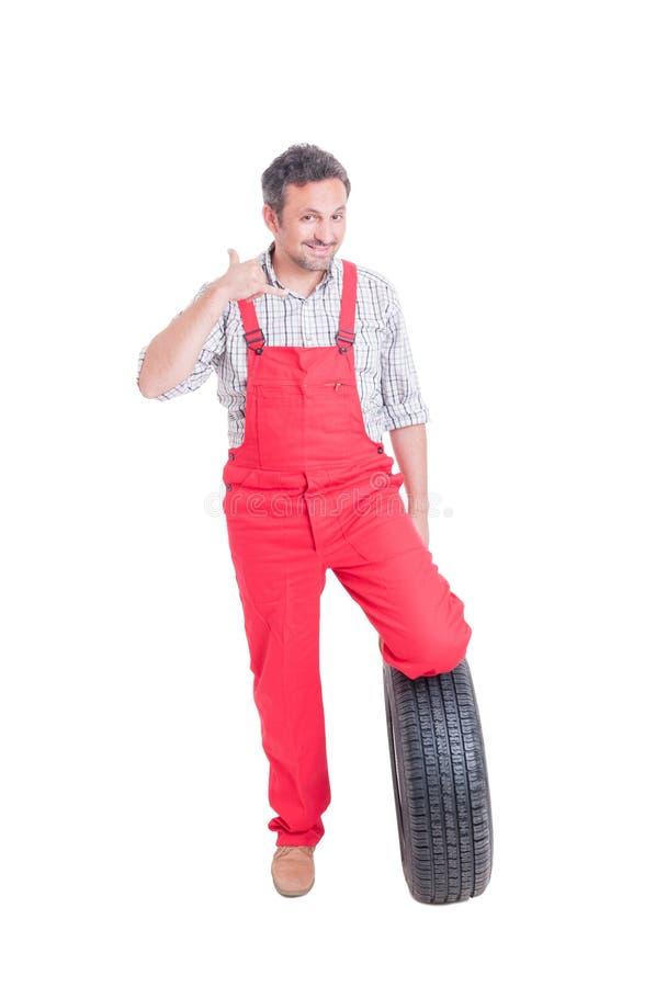 有轮子轮胎做的技工告诉我姿态 库存照片