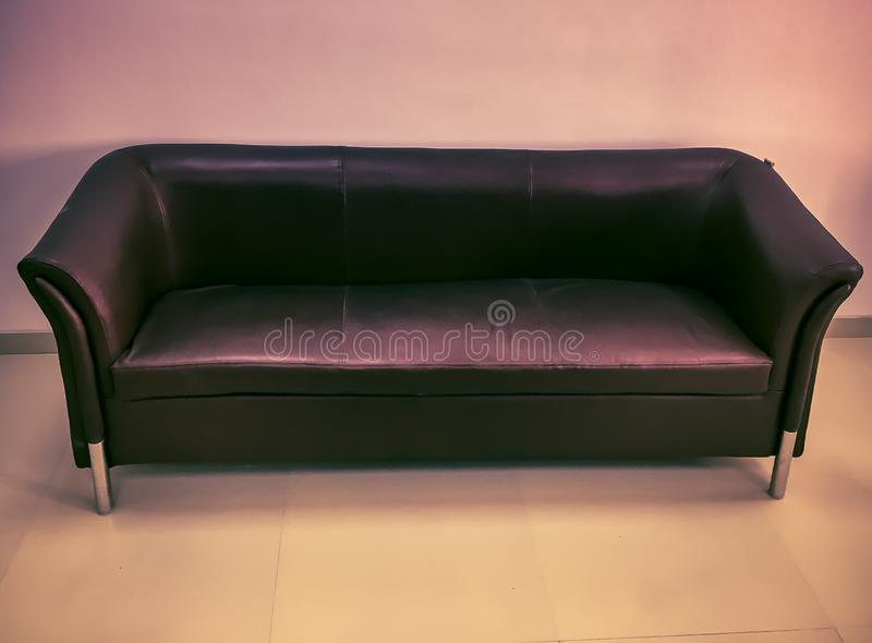 有软的坐垫的皮革沙发 库存照片
