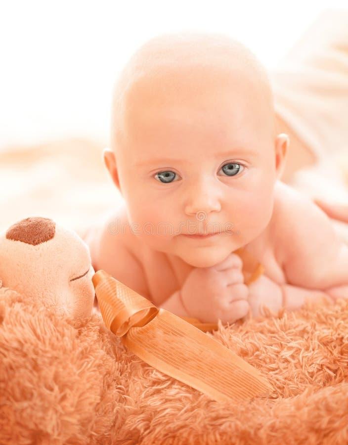 有软的玩具的新出生的婴孩 免版税库存图片