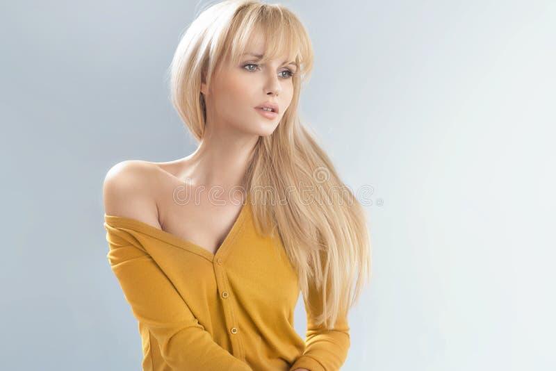 有软的皮肤的精美白肤金发的妇女 库存图片