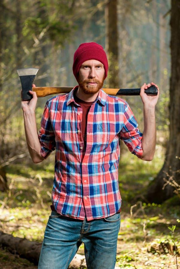 有轴垂直画象的严厉有胡子的林务员 库存图片