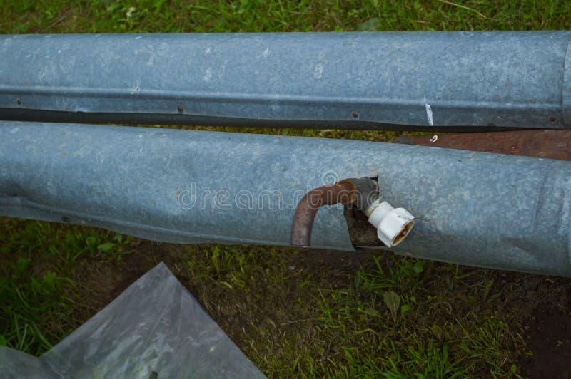 有轻拍泄水阀的铁金属罐子生锈的老工业管子有阀门的 库存照片