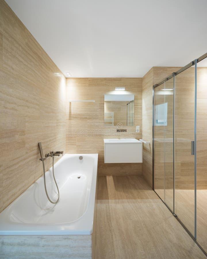 有轻的大理石的现代卫生间 库存照片