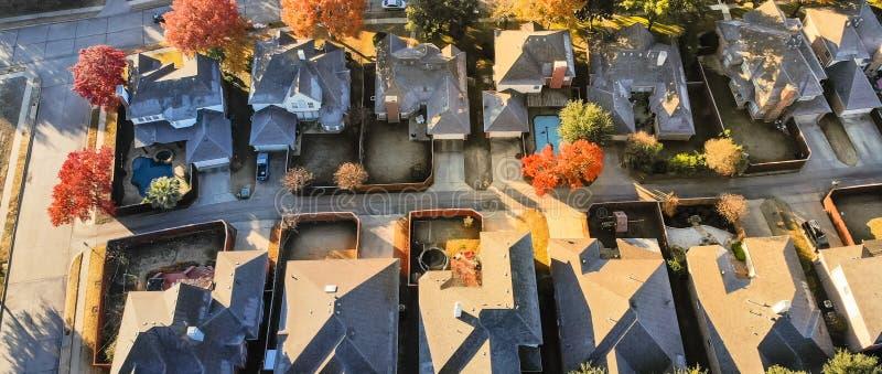 有轻的积雪的屋顶的全景鸟瞰图典型的房子在冷的秋天早晨 免版税图库摄影